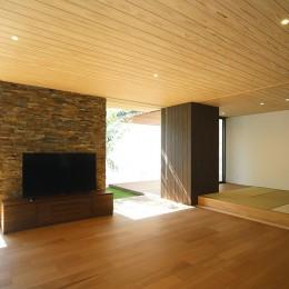 リビング (【ikenouchi】塀をくぐると広がる開放感。移り変わる光、美しい景色や木肌が美しい平屋)