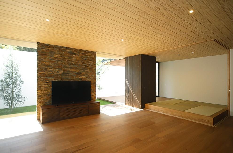 【ikenouchi】塀をくぐると広がる開放感。移り変わる光、美しい景色や木肌が美しい平屋 (リビング)