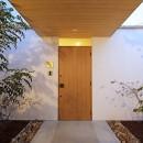 【ikenouchi】塀をくぐると広がる開放感。移り変わる光、美しい景色や木肌が美しい平屋の写真 玄関アプローチ