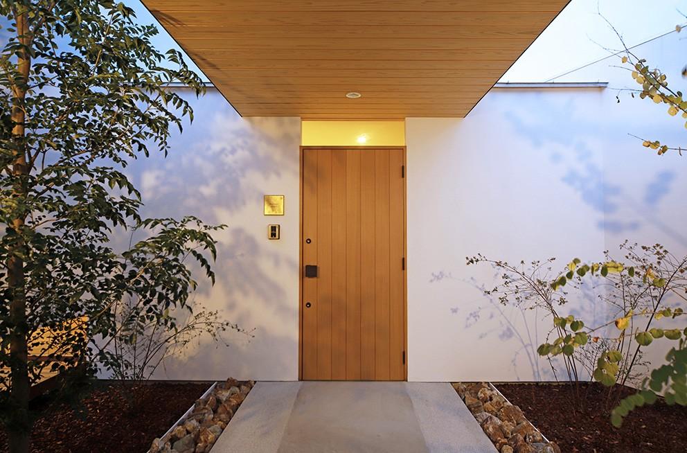 【ikenouchi】塀をくぐると広がる開放感。移り変わる光、美しい景色や木肌が美しい平屋 (玄関アプローチ)