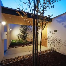 【ikenouchi】塀をくぐると広がる開放感。移り変わる光、美しい景色や木肌が美しい平屋 (玄関アプローチの夕景)