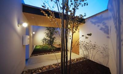 玄関アプローチの夕景|【ikenouchi】塀をくぐると広がる開放感。移り変わる光、美しい景色や木肌が美しい平屋