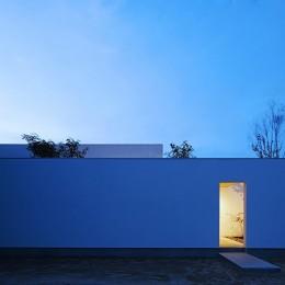 【ikenouchi】塀をくぐると広がる開放感。移り変わる光、美しい景色や木肌が美しい平屋 (外観の夕景)
