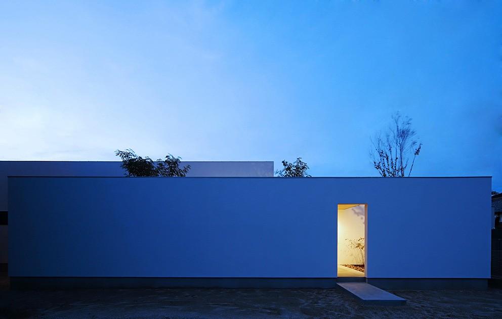 外観事例:外観の夕景(【ikenouchi】塀をくぐると広がる開放感。移り変わる光、美しい景色や木肌が美しい平屋)