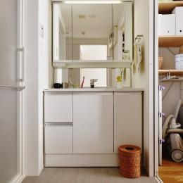 ツナガル家 (キッチン→パントリー→洗面室→。それぞれの機能だけではなく通路にもなる回遊間取りです。)