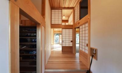 静岡の石場建て (杉の名栗の式台、組子の照明)