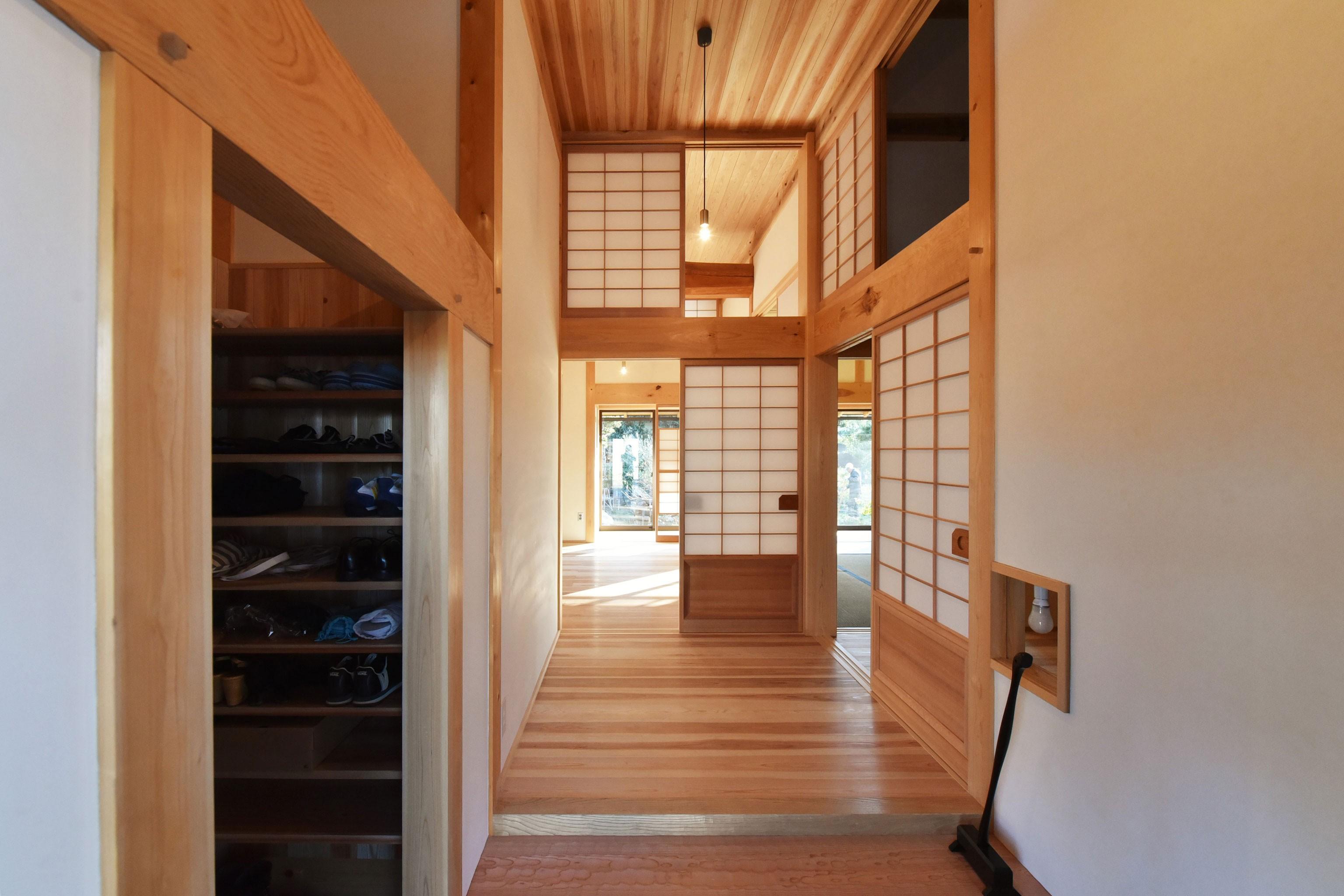玄関事例:杉の名栗の式台、組子の照明(静岡の石場建て)