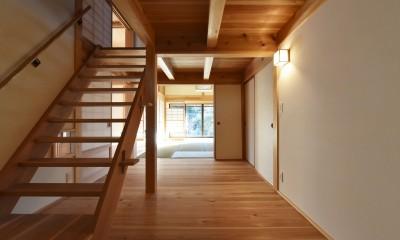 静岡の石場建て (階段室越しに、和室を見る)