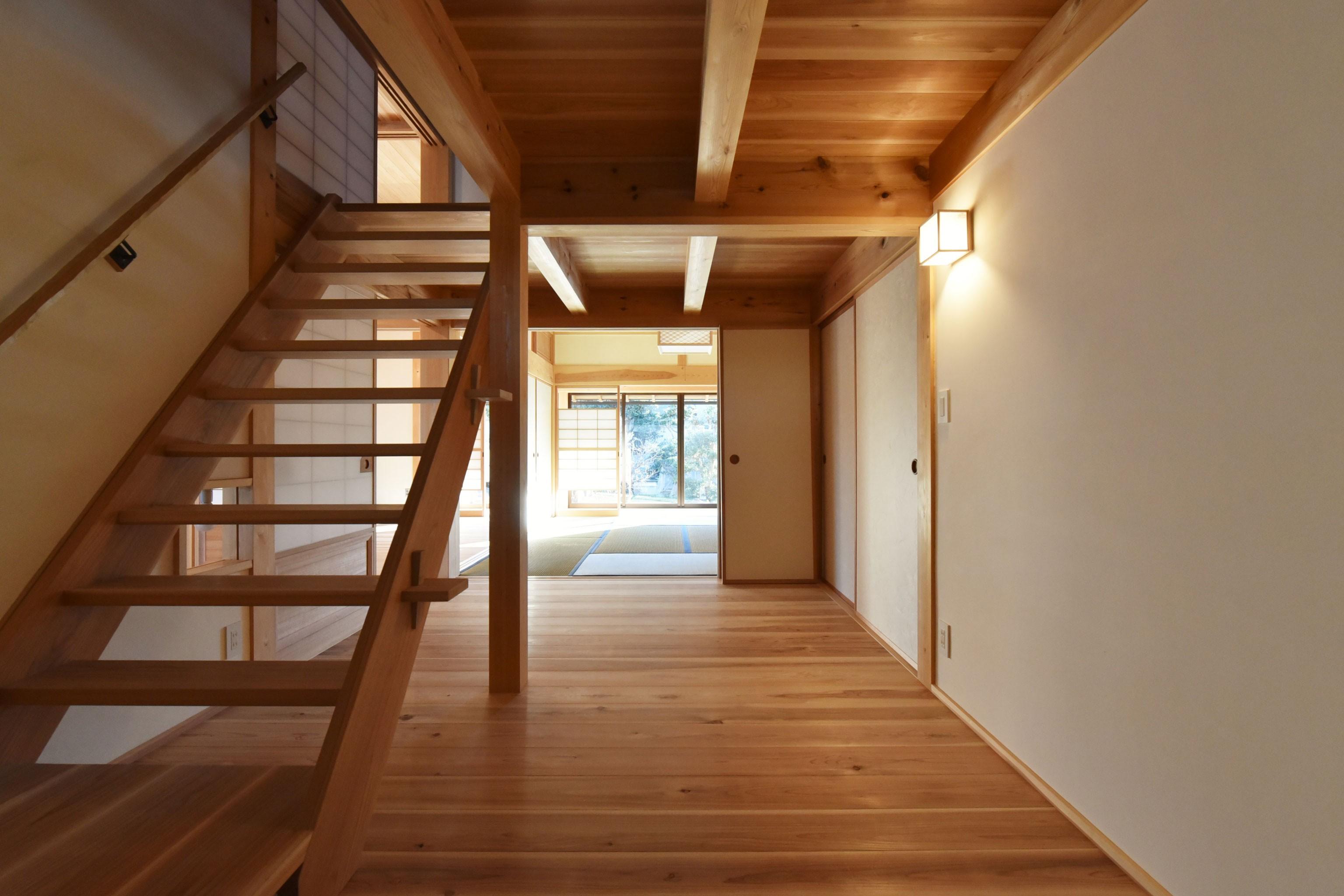 リビングダイニング事例:階段室越しに、和室を見る(静岡の石場建て)
