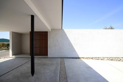 玄関アプローチ (【ichinokuta】無駄のない美空間が広がる平屋のコートハウス)