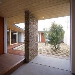 【ichinokuta】無駄のない美空間が広がる平屋のコートハウス (玄関)