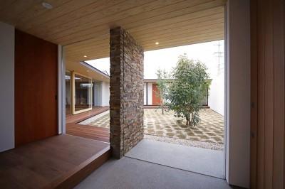 玄関 (【ichinokuta】無駄のない美空間が広がる平屋のコートハウス)