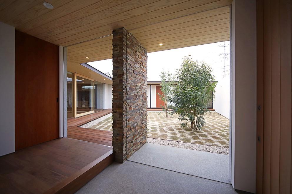 玄関事例:玄関(【ichinokuta】無駄のない美空間が広がる平屋のコートハウス)