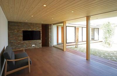 【ichinokuta】無駄のない美空間が広がる平屋のコートハウス (リビング)