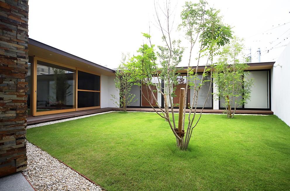 【ichinokuta】無駄のない美空間が広がる平屋のコートハウス (中庭)