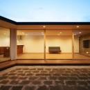 【ichinokuta】無駄のない美空間が広がる平屋のコートハウスの写真 中庭 夕景