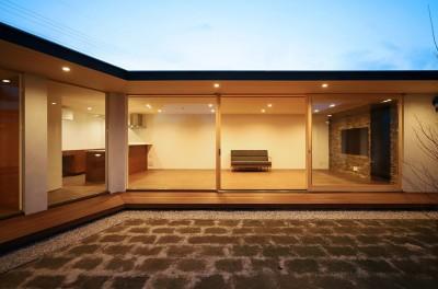 中庭 夕景 (【ichinokuta】無駄のない美空間が広がる平屋のコートハウス)