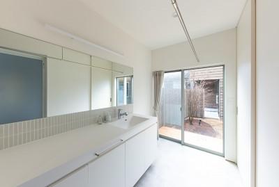 洗面脱衣室 (対庭の家)