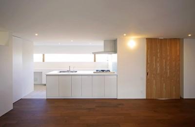キッチン (【ama】美しいデザインを突き詰めた街中で異彩を放つ家)