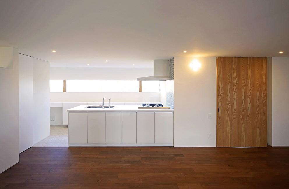 【ama】美しいデザインを突き詰めた街中で異彩を放つ家 (キッチン)