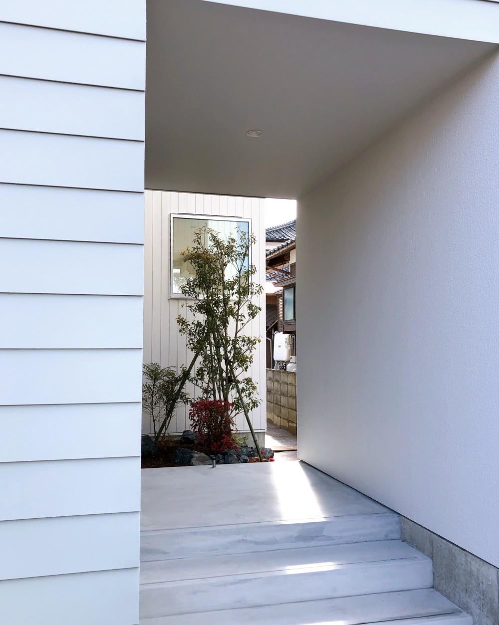 静穏の家 (玄関ポーチ)