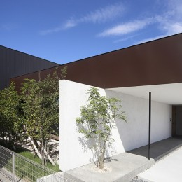 【ama】美しいデザインを突き詰めた街中で異彩を放つ家
