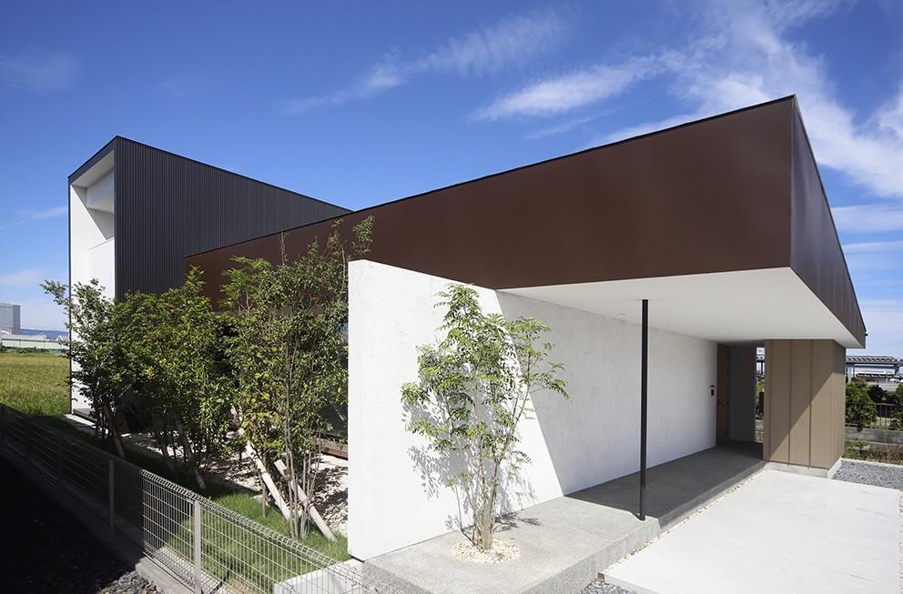 【ama】美しいデザインを突き詰めた街中で異彩を放つ家 (外観)