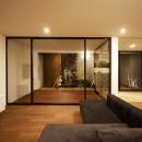 【ama】美しいデザインを突き詰めた街中で異彩を放つ家の写真 リビング