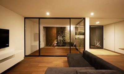 【ama】美しいデザインを突き詰めた街中で異彩を放つ家 (リビング)