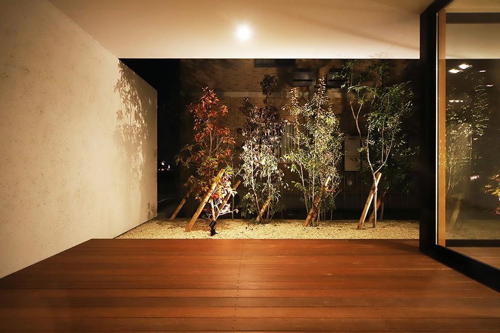 【ama】美しいデザインを突き詰めた街中で異彩を放つ家 (庭)
