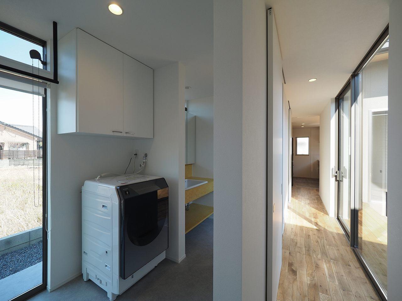 バス/トイレ事例:ランドリールーム(須賀崎の家  ロの字のコートハウス)