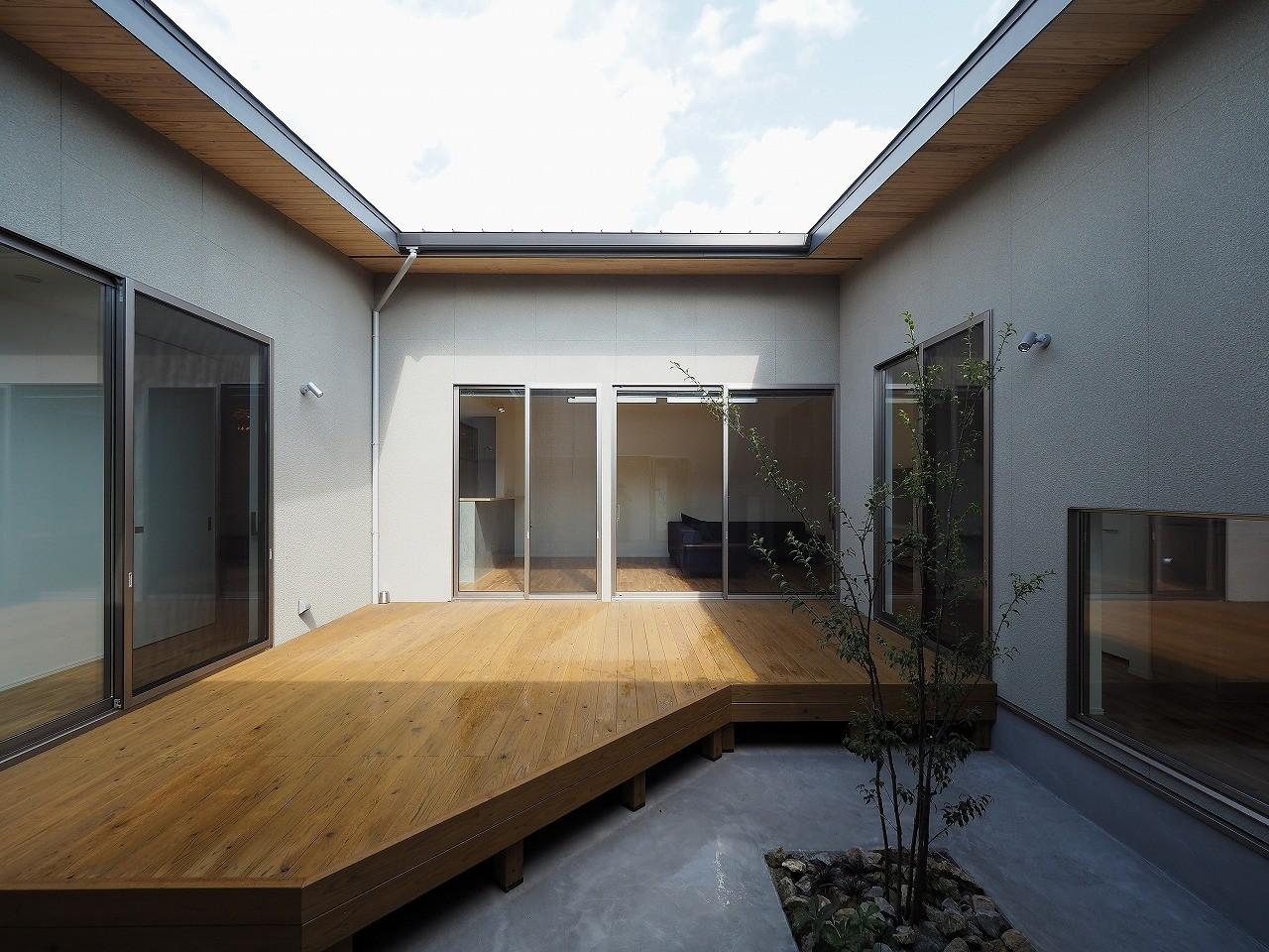 アウトドア事例:中庭(須賀崎の家  ロの字のコートハウス)