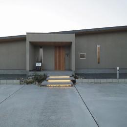 須賀崎の家  ロの字のコートハウス (玄関アプローチ階段 間接照明)
