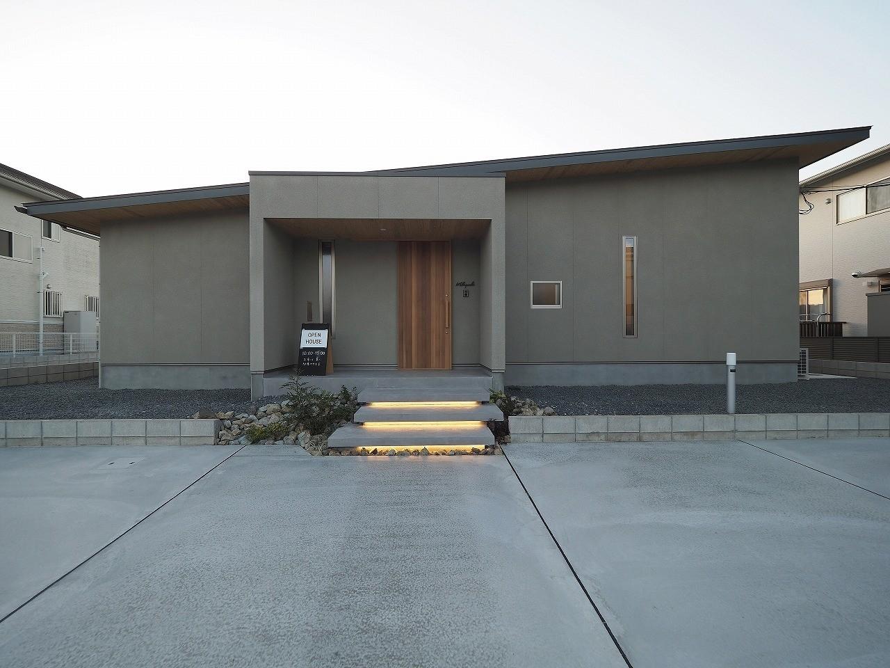 アウトドア事例:玄関アプローチ階段 間接照明(須賀崎の家  ロの字のコートハウス)