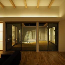 須賀崎の家  ロの字のコートハウス (リビングダイニング)