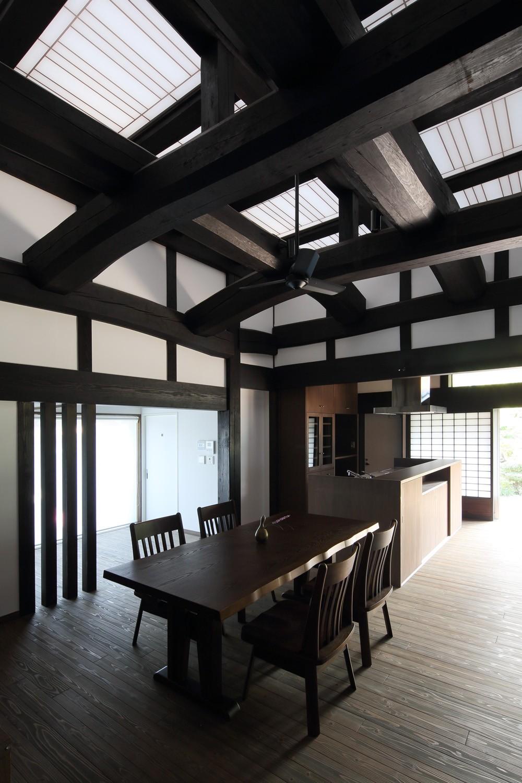飯盛の民家 [軸組再生の住まい] (食堂台所)