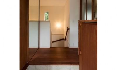 中庭に浮かぶバルコニーが家族をつなぐ二世帯住宅「バルコニーの家」 (玄関ホール・階段)