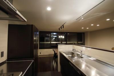 キッチン (大人リノベーションで落ち着きある空間に)