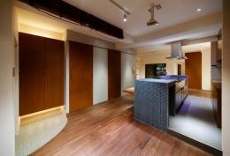 sabai  上質な大人の空間に仕上げる隠れ家のようなマンションリノベ (エントランスとキッチン)