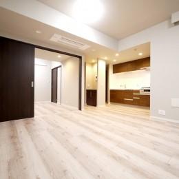 キッチンと洗面室を繋ぐ便利な家事動線 (リビングダイニング)