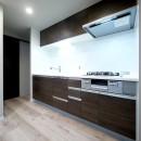 キッチンと洗面室を繋ぐ便利な家事動線の写真 キッチン