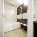 キッチンと洗面室を繋ぐ便利な家事動線の写真 バスルーム