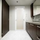 キッチンと洗面室を繋ぐ便利な家事動線の写真 洗面室内
