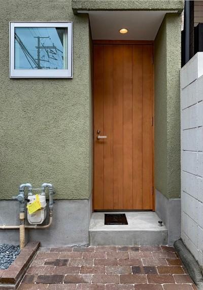 玄関の木製ドア (下鴨ミニマムハウス)
