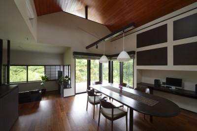 借景を取り込んだ2階の共有空間 (朝比奈山荘 〜なつかしさとあたらしさと、いまそこにあるリゾート〜)