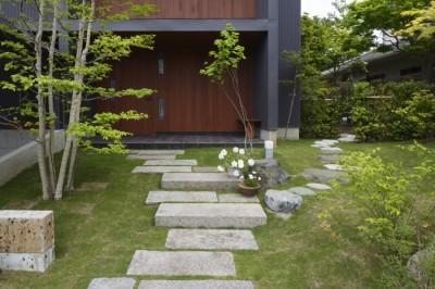 道路からのアプローチ (朝比奈山荘 〜なつかしさとあたらしさと、いまそこにあるリゾート〜)