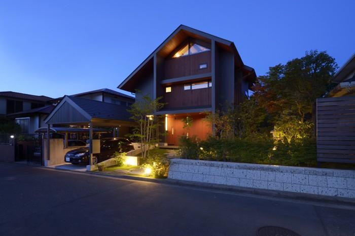 朝比奈山荘 〜なつかしさとあたらしさと、いまそこにあるリゾート〜 (黄昏時の外観)