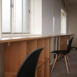 築50年の事務所ビル改修でセミナー・イベントに使えるフリースペースに (無印の収納を利用した壁面収納)