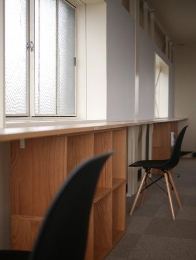 無印の収納を利用した壁面収納 (築50年の事務所ビル改修でセミナー・イベントに使えるフリースペースに)