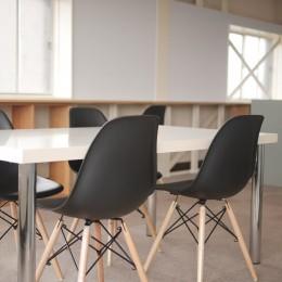 築50年の事務所ビル改修でセミナー・イベントに使えるフリースペースに (築50年ビル改修 白い壁バージョン)